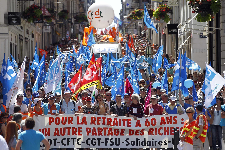 Демонстрация работников государственного и частного сектора против пенсионной реформы во французском городе Нанте 24 июня 2010 года