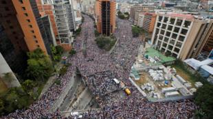 1月23日反對馬杜羅的委內瑞拉民眾在首都加拉加斯遊行的俯拍圖