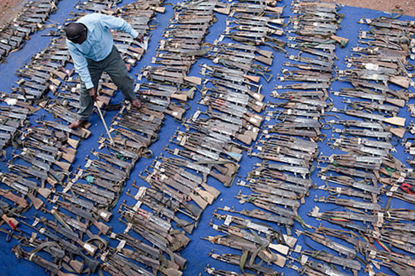 Un agent du programme DDRRR (Désarmement, démobilisation, rapatriement, réintégration et réinstallation) fait l'inventaire d'un lot d'armes prises aux mains d'ex-combattants à l'Est de la RDC.