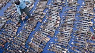 Un agent du programme DD fait l'inventaire d'un lot d'armes prises aux mains d'ex-combattants à l'est de la RDC (image d'illustration)