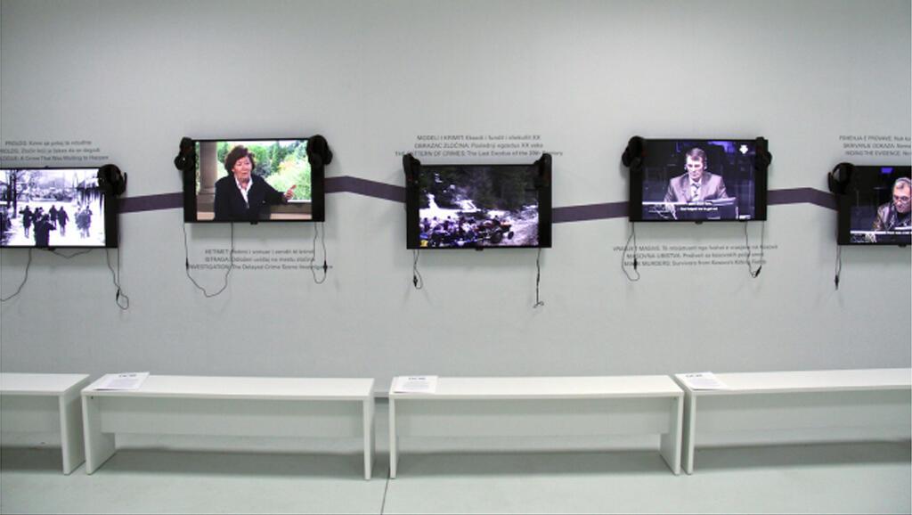 Des écrans rappellent les négociations, les massacres et les combats au Centre de documentation sur les crimes de guerre à Pristina.