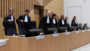 Судьи занимают свои места перед первым слушанием по делу MH17. В центре - председатель суда Хендрик Стейнхёйс.