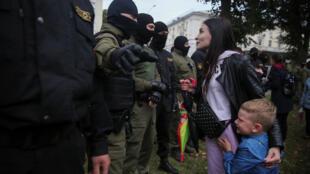 Une manifestante biélorusse face à la police lors d'un rassemblement contre la détention de l'opposante Maria Kolesnikova, à Minsk le 8 septembre 2020.