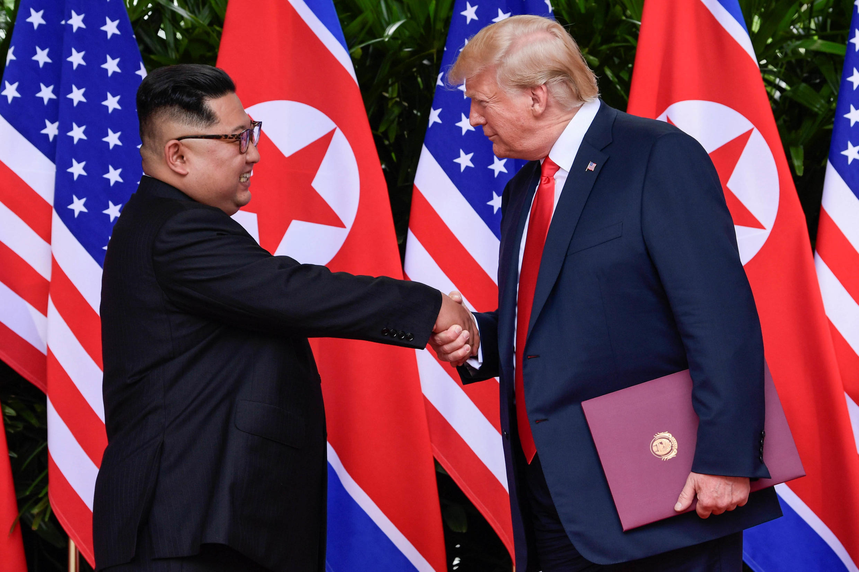 (Ảnh minh họa). Cú bắt tay lịch sử giữa tổng thống Mỹ Donald Trump (P) và lãnh đạo Bắc Triều Tiên Kim Jong Un tại thường đỉnh Singapore hồi tháng 06/018.