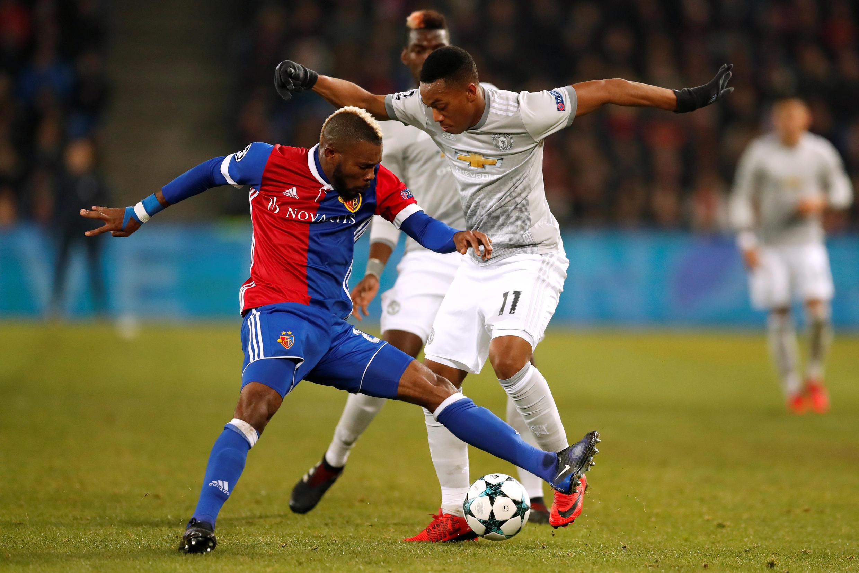 L'Ivoirien Sery Dié à la lutte avec le Français Anthony Martial, lors de la victoire du FC Bâle 1-0 face à Manchester United le 22 novembre 2017.