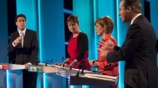 Ed Miliband le chef du Parti travailliste, Leanne Wood de Plaid Cymru, Nicola Sturgeon du Parti national écossais et David Cameron le leader du Parti conservateur, lors du débat télévisé le 2 avril.