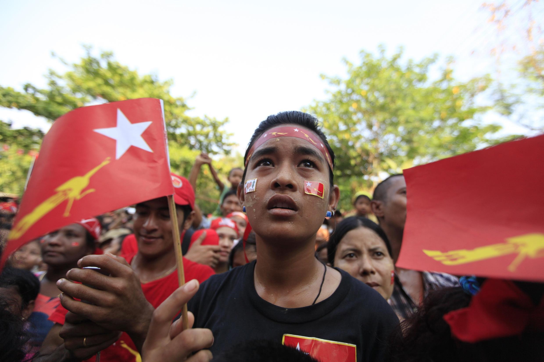 Các ủng hộ viên Liên đoàn Quốc gia vì Dân chủ tại Rangoon ngày 30/03/2012.