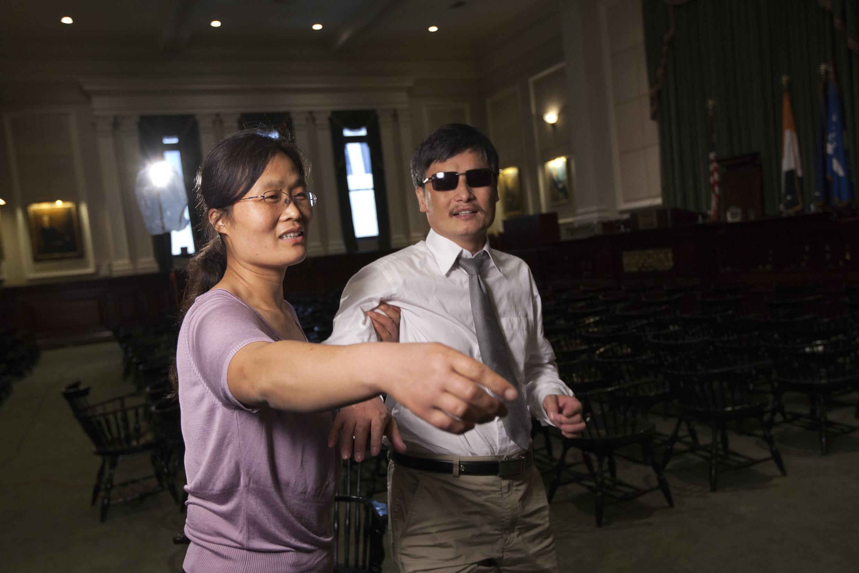 Luật sư Trần Quang Thành cùng với vợ nhân cuộc phỏng vấn tại New York 24/05/2012 (REUTERS)