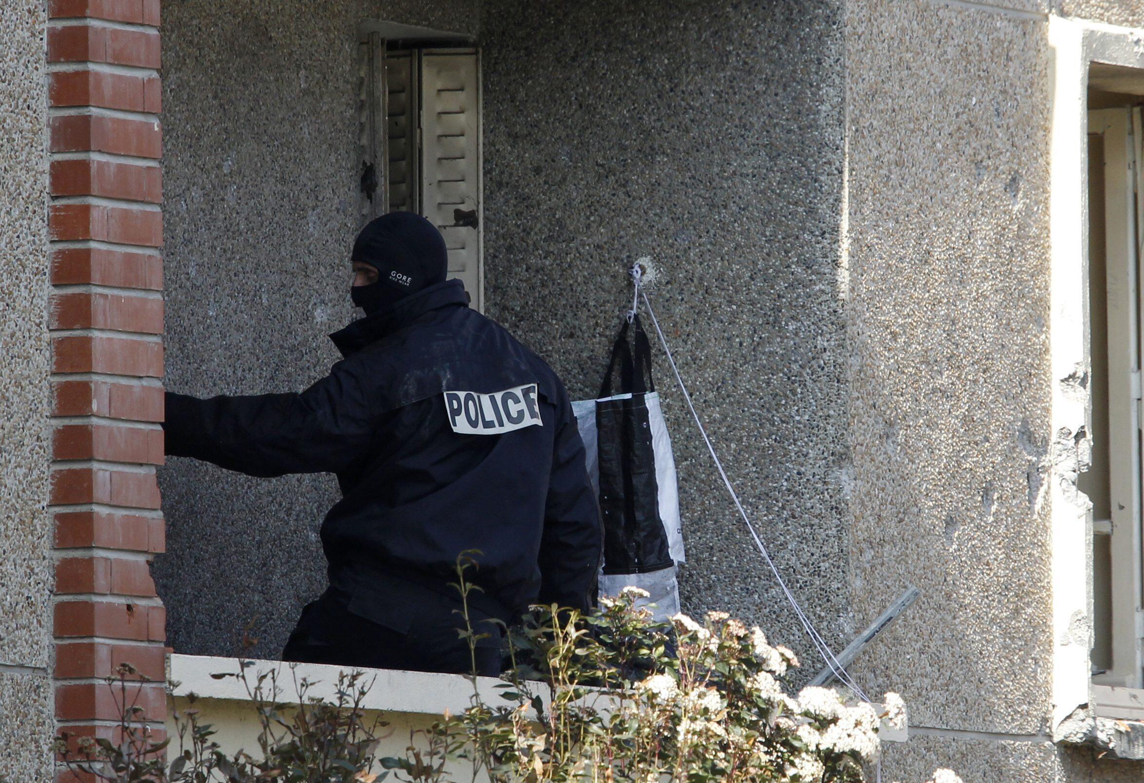 Policial na sacada do apartamento ocupado por Mohamed Merah, em Toulouse.