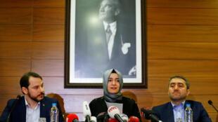 A ministra turca da Família, Fatma Betül Sayan Kaya (centro), em coletiva de imprensa neste domingo (12) no aeroporto de Ataturk, em Istambul.