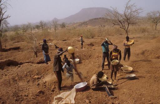 L'orpaillage, l'extraction artisanale de l'or, est particulièrement vulnérable face aux groupes jihadistes au Sahel.