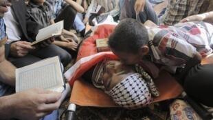 Funeral do prisioneiro palestino Raed al-Jaabari, na Cisjordânia. Há suspeita de que ele foi assassinado na prisão, em Israel.