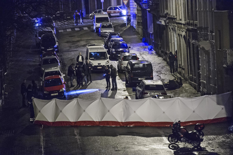 Cảnh sát khám xét một tòa nhà tại trung tâm thành phố Verviers, miền Đông nước Bỉ, ngày 15/01/2015.