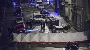 Des policiers inspectent un immeuble dans le centre-ville de Verviers, dans l'est de la Belgique, jeudi 15 janvier 2015.