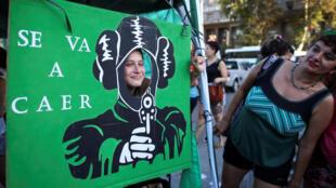 A Buenos Aires, le 19 février 2019, une activiste du droit à l'avortement pose devant un drapeau où l'on peut lire: «Le patriarcat va tomber» (image d'illustration).
