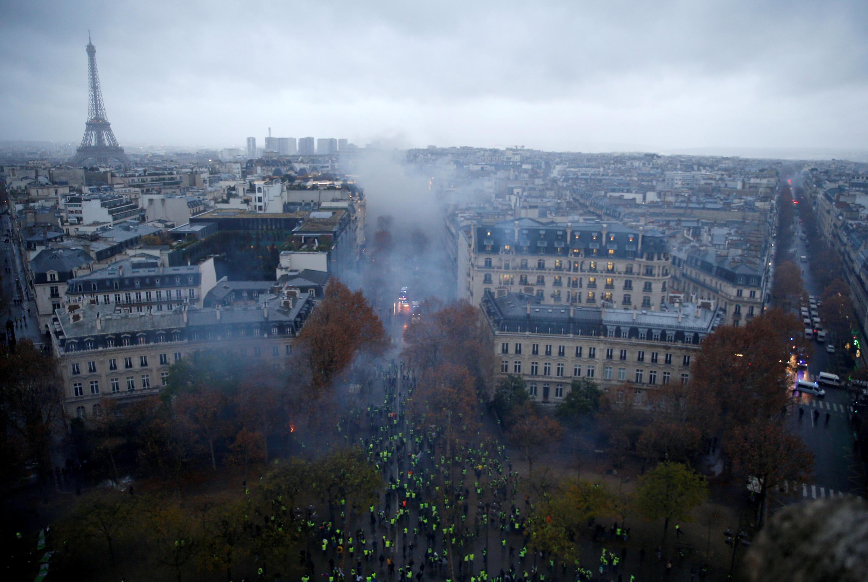 Fumaça, bombeiros e carros de polícia: vista panorâmica da avenida Champs-Élysées, em Paris.