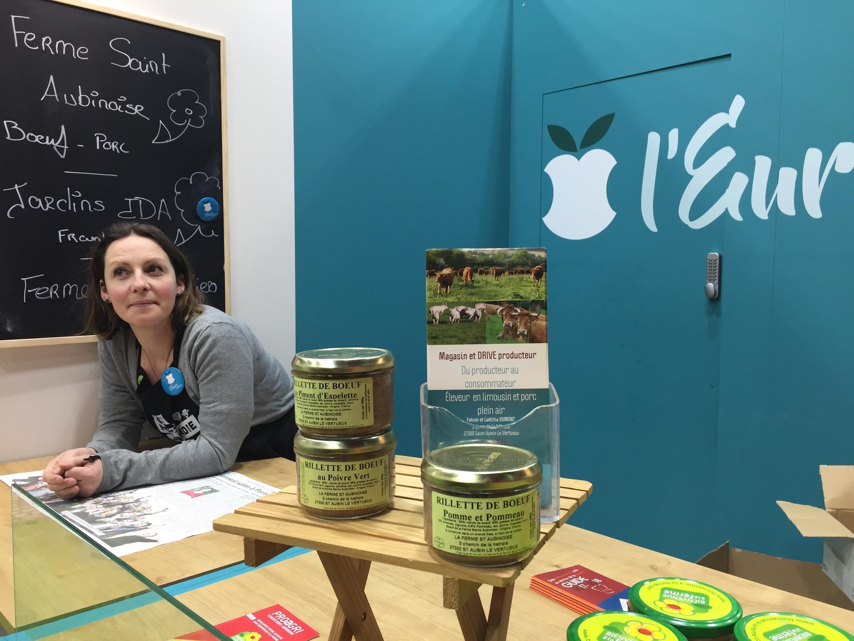 Bà Dumont, chủ một trang trại chế biến Rillettes thịt bò vùng Eure tại Hội chợ Nông Nghiệp Paris 2018.