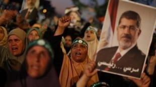 Des partisans des Frères musulmans manifestent en faveur de Mohamed Morsi au Caire, mercredi 10 juillet.