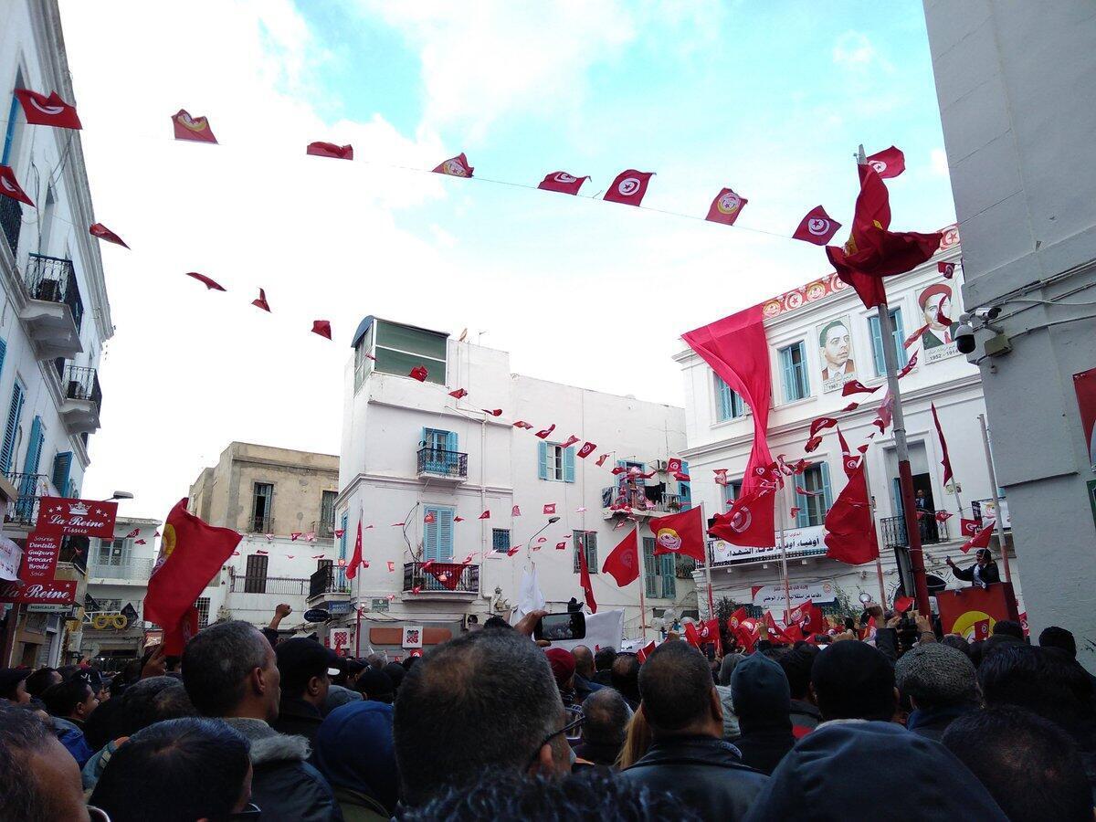 突尼斯人纪念革命十周年