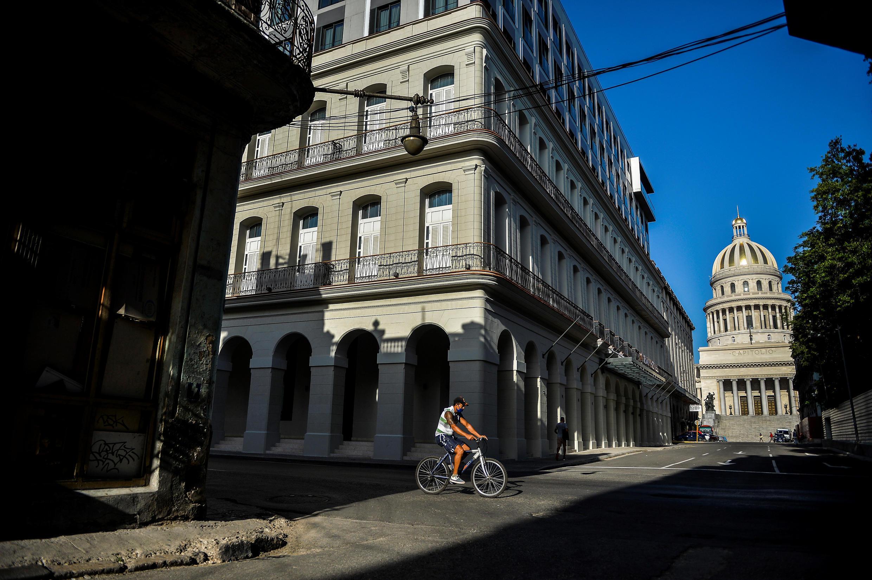 Un hombre en su bicicleta en las calles de La Havana, el 19 de mayo de 2020