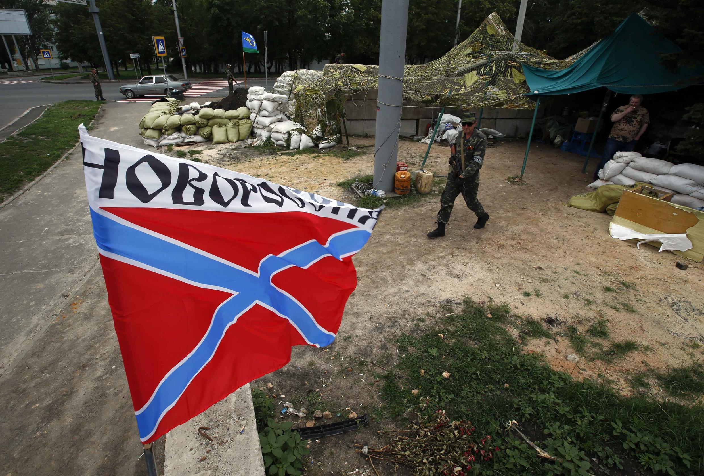 Bandeira da Nova Rússia em uma trincheira de rebeldes pró-russos na entrada de Donetsk