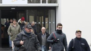Les employés de Whirlpool à Amiens quittent l'usine, le 24 février 2017, après l'annonce de sa fermeture, en juin 2018.