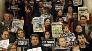 """在法國駐耶路撒冷領事館門前抗議屠殺法國漫畫家舉起""""我是查理""""的牌子"""