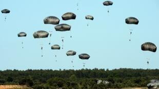 Des troupes américaines de l'Otan sautent en parachute lors de l'opération «Anaconda», exercice militaire de grande ampleur effectué en Pologne dans le cadre du soutien aux pays baltes.