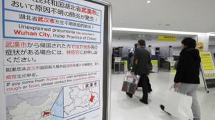 Painel no aeroporto no aeroporto japonês de Narita, a 16 de janeiro de 2020 sobre vírus surgido em Wuhan, centro de China