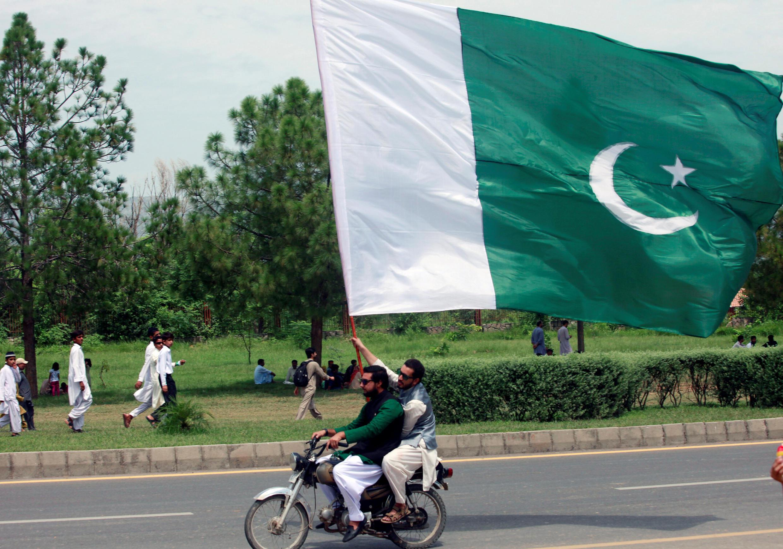 Ảnh minh họa : Mang cờ ngày lễ Quốc Khánh Pakistan. Ảnh ngày 14/08/2017.