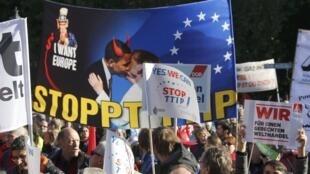 Le 10 octobre 2015, une véritable marée humaine a traversé Berlin pour dire «stop» au Traité de libre-échange transatlantique.