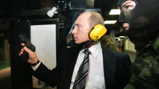Президент Владимир Путин в тире ГРУ 8 ноября 2006 (архивное фото)