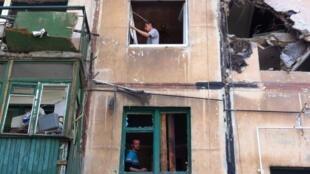 Жители попавшего под артобстрел дома в Макеевке, 20 августа 2014