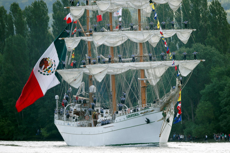 """El Cuauhtémoc durante la """"Grande Parade"""", rumbo al atlántico, La Bouille, Francia, 16 de junio, 2019."""