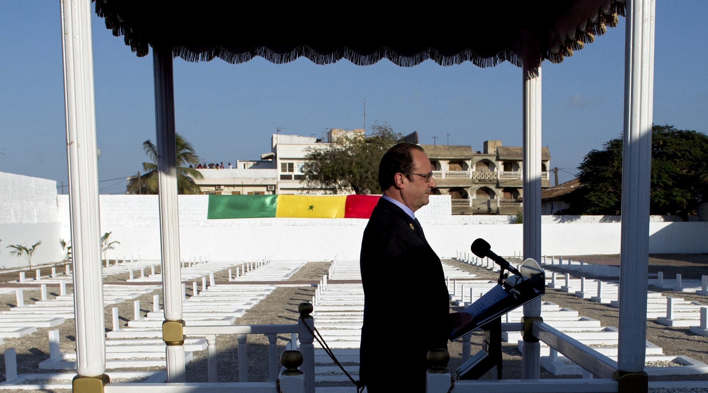 François Hollande a rendu hommage aux tirailleurs sénégalais tués par l'armée française en 1944 au camp de Thiaroye, à Dakar.