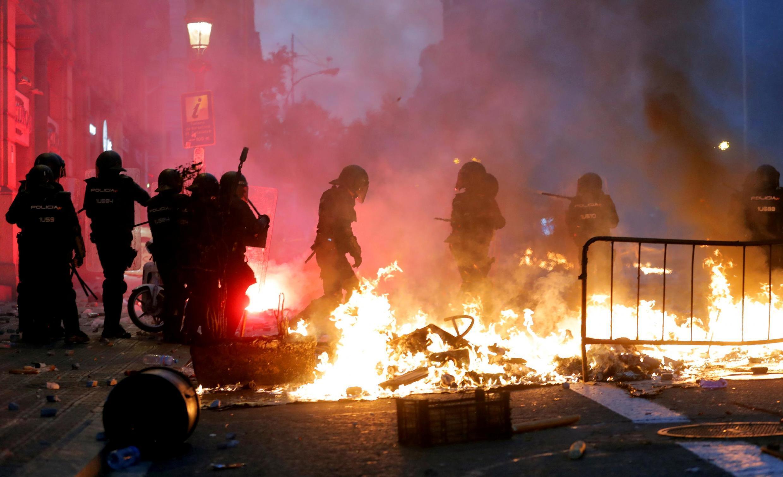 Đêm bạo động tại Barcelona sau ngày biểu tình rầm rộ. Ảnh 18/10/2019.