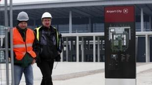 Des travailleurs sur un chantier de l'aéroport de Berlin en Allemagne.