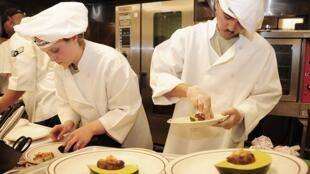 O calor, a pressa e a obrigatoriedade da perfeição geram nervosismo que pode acabar em violência nas cozinhas dos grandes restaurantes.