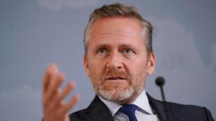 وزیر امور خارجه دانمارکدر یک کنفرانس مطبوعاتی در کپنهاگ. ۸ آبان/ ٣٠ اکتبر ٢٠۱٨  Anders Samuelsen