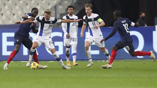 A gauche, Moussa Sissoko (France) se dispute le ballon avec Onni Valakari (Finlande), au Stade de France, le 11 novembre 2020.