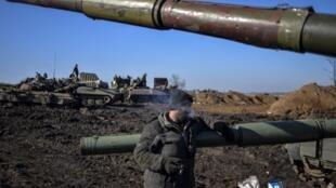 Un militaire ukrainien dans la région de Donetsk, concernée par l'accord de cessez-le-feu.