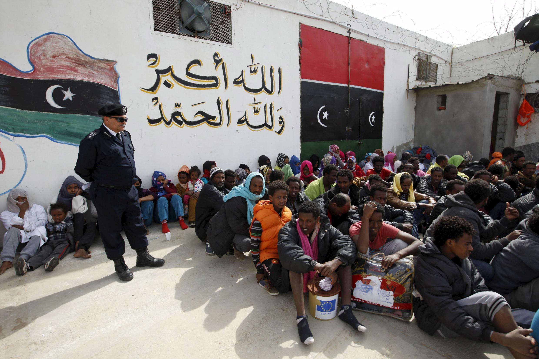 Des migrants dans le centre de détention d'Abu Saleem le 21 avril, à Tripoli en Libye.