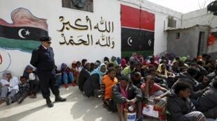 Des migrants clandestins dans le centre de détention d'Abu Saleem, le 21 avril 2015, à Tripoli. La Libye a arrêté ces derniers jours plusieurs bateaux transportant des Africains essayant d'atteindre les côtes italiennes. Quelque 600 migrants sont détenus.