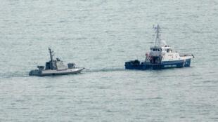 Украинские катера «Бердянск» и«Никополь», атакже буксир «Яны Капу» вывели изакватории Керчи всопровождении береговой охраны