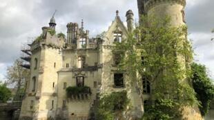 O castelo de La Mothe-Chandoniers fica no Vale do Loire, na França.