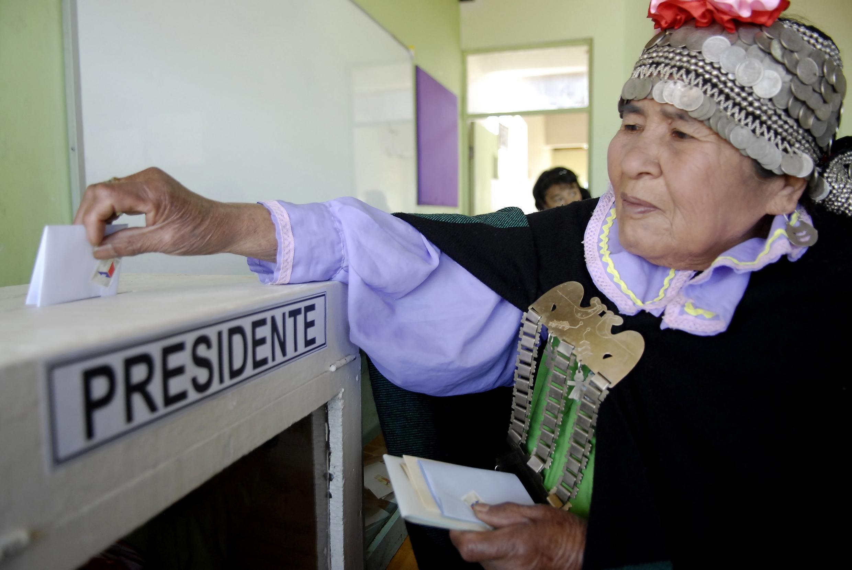 Uma índia mapuche vota nas eleições gerais do Chile, neste domingo, 17 de novembro.