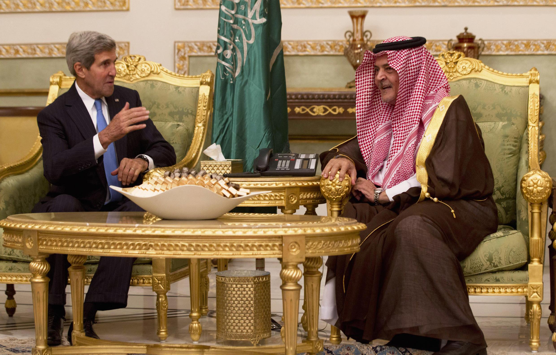 O secretário de Estado americano, John Kerry, conversa com o príncipe Saud al-Faisal