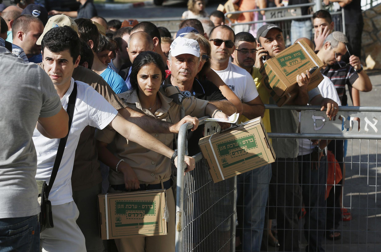Израильтяне в очереди у пункта раздачи противогазов в Хайфе 29/08/2013