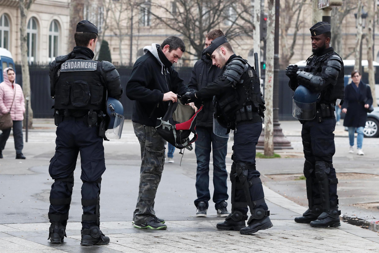 Acte XIX des «gilets jaunes»: le quartier des Champs-Elysées est interdit aux manifestants et la police procès à des fouilles des sacs des passants.