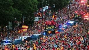 Mutidão invadiu as ruas de Madri para receber os jogadores.